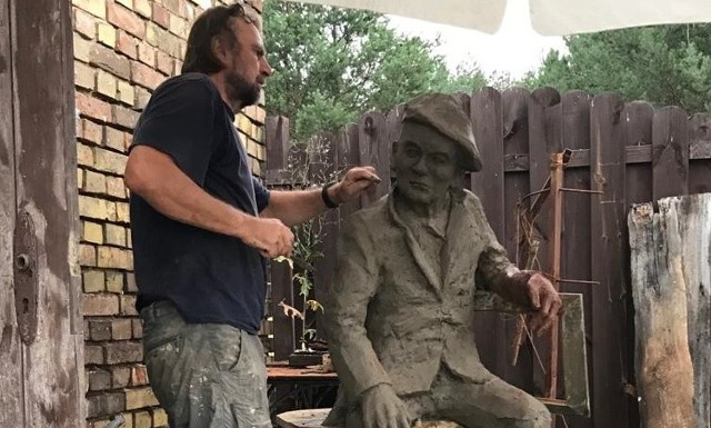 Alf Kowalski to wyjątkowy mieszkaniec Międzyrzecza. Jest patronem ulicy, muzeum, które stworzył, a teraz będzie miał swój pomnik. Rzeźbę stworzył Michał Bajsarowicz