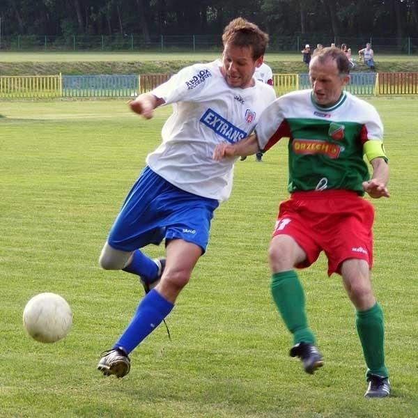 Paweł Idzik (z lewej) nie pomoże Lechii w ostatnim meczu sezonu, bo musi pauzować za kartki. Jego koledzy muszą zremisować z Siarką, żeby nie martwić się o byt.