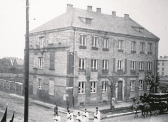 Dom przy ul. Sienkiewicza 86 w 1952 r. już po powojennej odbudowie. W parterze i pierwszej kondygnacji oraz elewacji bocznej widoczne fragmenty starego domu Wajnerów.