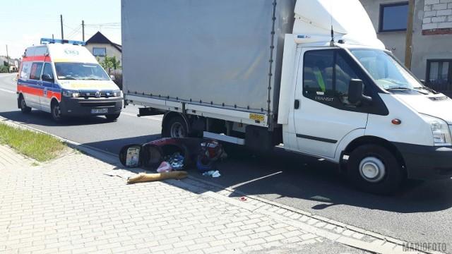 67-letni motorowerzysta został ranny w wyniku zderzenia z dostawczym fordem transitem w Lędzinach na ul. Ozimskiej. Do zdarzenia doszło około 12.30. Motorowerzysta wyprzedzał forda kierowanego przez 62-latka, uderzył w bok dostawczego auta i przewrócił się. Z obrażeniami został przewieziony do szpitala w Opolu.