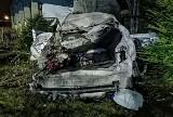 Nawojowa. Wypadek przy ul. Lipowej. Samochód wypadł z drogi, trzy osoby zostały poszkodowane [ZDJĘCIA]