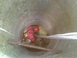 Poznań: Strażacy wyciągnęli psa z siedmiometrowej studni [ZDJĘCIA]