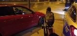 Łódź. Policjanci zatrzymali pirata drogowego. Jechał w nocy z ogromną prędkością. Stracił prawo jazdy. Został ukarany mandatem