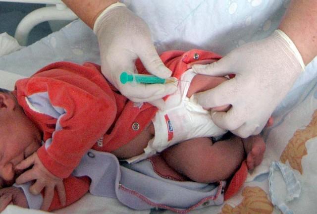 Lekarze tłumaczą: - Ewentualne niepożądane skutki u maluchów pojawiłby się zaraz po szczepieniu. Jeśli nie wystąpiły, to nie ma powodu do obaw, nawet jeśli nasze dziecko było szczepione preparatem z zakwestionowanej partii.