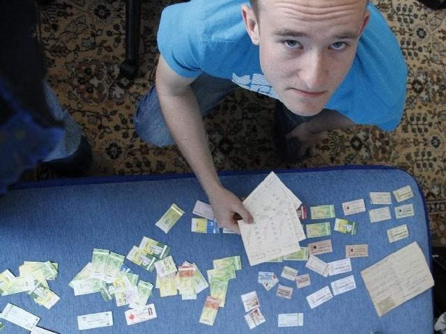 Najstarszy bilet, który pokazuje Michał Aleksiejuk przyklejony jest do kartki z jego opisem. Ktoś podróżował z nim na linii: osiedle Dojlidy-dworzec PKP.