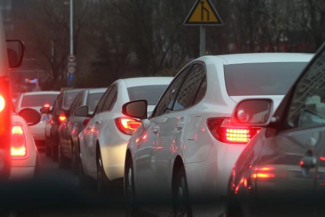 Panuje powszechne przekonanie, że czerwone auta są szybsze niż wszystkie inne... A jakie kolory samochodów najczęściej wybierają polscy kierowcy? Sprawdzili to analitycy platformy Carsmile. Który kolor jest królem polskich szos?Sprawdźcie TOP 8 najpopularniejszych  kolorów aut w Polsce na kolejnych slajdach >>>Młodzi kierowcy wciąż najbardziej niebezpieczni