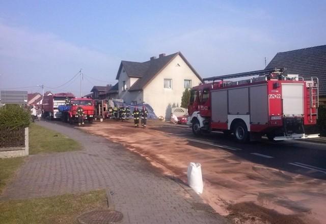 """Na szczęście do wypadku doszło bardzo wcześnie i na chodniku nie było żadnych pieszych. Po wypadku DAF-a doszło do wycieku oleju napędowego. Plamą oleju zajęli się strażacy z Sierakowa Śląskiego, Ciasnej, Molnej i Lublińca. - Użyto specjalnego zbiornika, w którym zgromadzono wyciekającą ropę - dodaje Julian Werner. Strażacy wypompowali także paliwo ze zbiornika w ciężarówce. Po 4 godzinach za pomocą dźwigu ciężarówkę postawiono na koła. Droga krajowa nr 11 na tym odcinku została zablokowana, zorganizowano objazd. Krajowa """"jedenastka"""" jeszcze przed 12.00 powinna zostać odblokowana."""