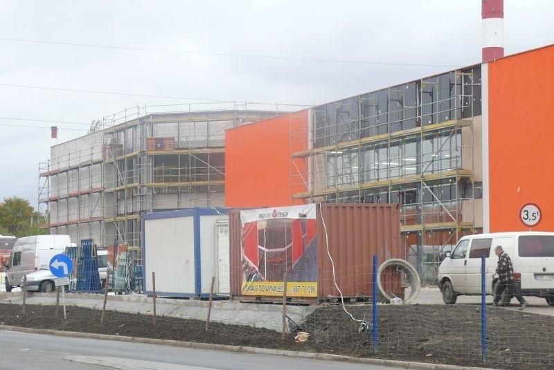 Otwarcie nowego centrum handlowo-usługowego zaplanowane jest na przełom stycznia i lutego 2012 roku.