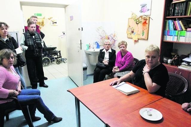 Rodziny pacjentów są przerażone tym, że władze chcą umieścić ich bliskich poza Łodzią.