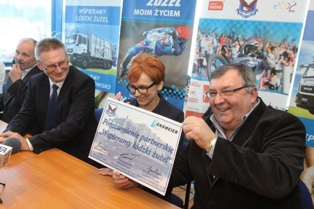Witold Skrzydlewski, prezes Orła i przedstawiciele nowego sponsora chwilę po podpisaniu umowy o współpracy