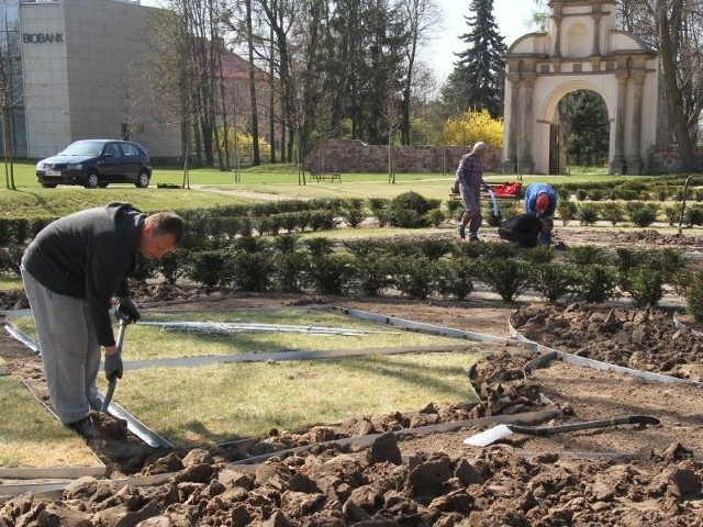 W Świętokrzyskiem chcemy zarabiać na turystach! Mamy świetną ofertę W ogrodach barokowych obok Centrum Nauki w Podzamczu Chęcińskim budowane są kwiatowe rabaty.
