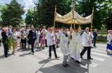Piękna oprawa mszy świętej, wiele osób na procesji Bożego Ciała w parafii Przemienienia Pańskiego w Kielcach Białogonie [ZDJĘCIA]