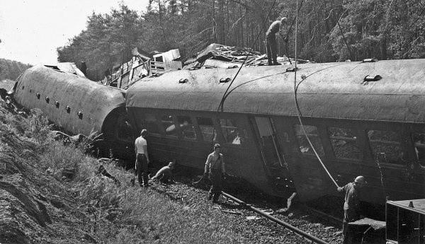 Pełne podróżnych zmiażdżone i zakleszczone wagony można było rozdzielić tylko dźwigami.