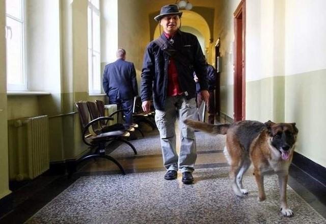Miłosz Woźniak od 2012 roku walczy z magistratem o zmianę uchwały rady miasta, która nakazuje bezwzględne prowadzenie psa na smyczy na terenie Szczecina.