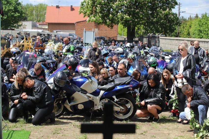 Tłumy na pogrzebie motocyklistów. To ofiary wypadku pod...