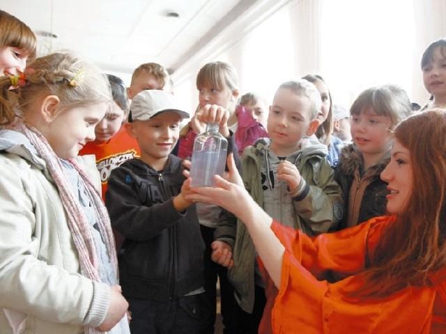 Karolina Markiewicz (na zdjęciu z prawej) z Instytutu Chemii Uniwersytetu w Białymstoku pokazywała dzieciom z Niepublicznego Przedszkola nr 1 w Białymstoku ciekawe eksperymenty chemiczne.