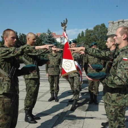 Wyróżniający się w szkoleniu żołnierze złożyli przysięgę na sztandar jednostki.