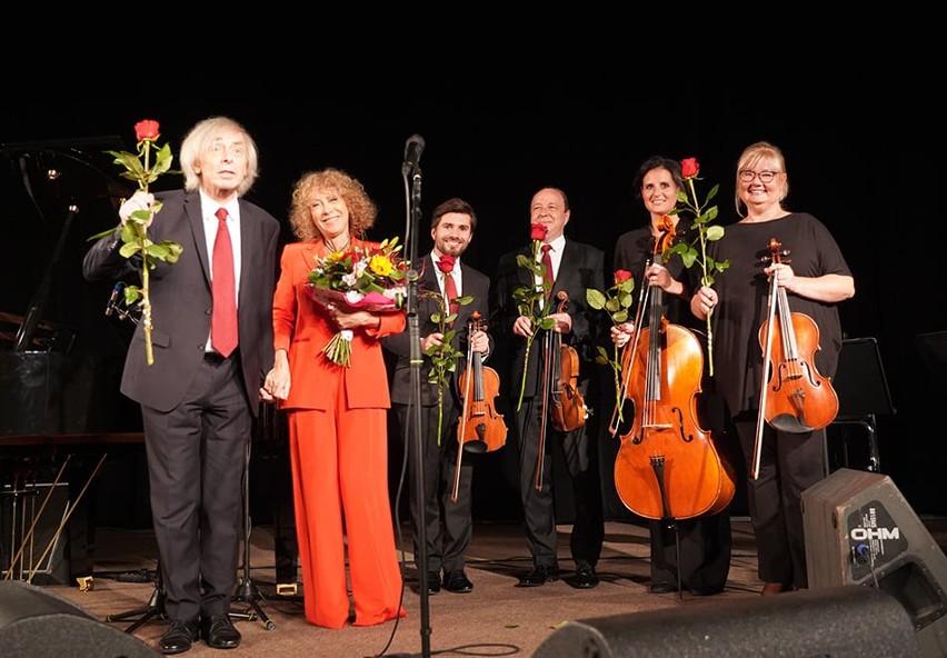 Alicja Majewska, Włodzimierz Korcz (oboje pierwsi z lewej) wraz z Warsaw String Quartet podczas koncertu w Grójcu.