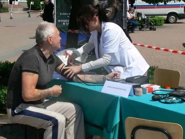 Studenci pielęgniarstwa PWSZ w Tarnobrzegu mierzyli ciśnienie.