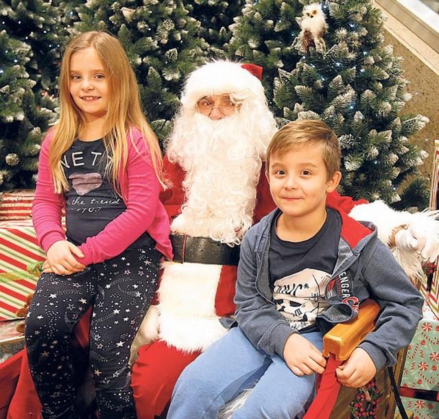 7-letnia Michalina i jej brat Maciej  przynieśli w prezencie dla innych dzieci swoje zabawki.  Nagrodą było zdjęcie z Mikołajem