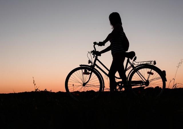 Zdjęcie ilustracyjne. W drodze powrotnej z wycieczki kobieta wstąpiła do znajomej i zostawiła rower przed posesją. Wtedy mężczyzna ukradł rower.