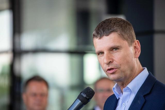 Minister Dariusz Piontkowski przedstawił opracowane wspólnie z Głównym Inspektorem Sanitarnym, Ministrem Zdrowia wytyczne dla szkół i placówek, które będą obowiązywały od 1 września 2020 r.