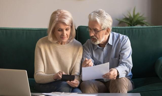 Emerytury bez podatku, a także kilkukrotny wzrost kwoty wolnej od podatku zapowiada rząd w ramach rozwiązań Nowego Ładu. Gotowego projektu rozwiązań, które planuje wprowadzić jeszcze nie ma, ale dyskusja już trwa. Wyliczamy, ile mogłoby wynosić emerytury bez podatku, gdyby wprowadzono je w tej chwili.Emeryci nie byliby pierwszą grupą, która nie płaciłaby podatków. Od sierpnia 2019 roku nie płacą podatku młodzi, zatrudnieni na umowę o pracę lub umowę zlecenie. Kolejną grupą, która miałaby nie płacić podatku są emeryci. Podobne rozwiązanie już w 2018 roku zaproponował PSL.Wyliczyliśmy, ile teraz wynosiłyby emerytury, gdyby odjąć z nich podatek. Trzeba jednak pamiętać, że wyłączenie podatków to nie jedyna zmiana, która dotyczyć będzie emerytów w 2022 roku. W marcu nastąpi przecież bowiem kolejna waloryzacja świadczeń, ale dokładnych danych jeszcze nie znamy.Propozycja emerytur bez podatku powraca w ramach zapowiadanego przez rząd Nowego Ładu. Możliwe, że emerytury bez podatku wprowadzone zostałyby już na początku 2022 roku. Ile wynosiłby emerytury bez podatku w tej chwili? Zobacz wyliczenia w dalszej części galerii.Przesuwaj zdjęcia w prawo - naciśnij strzałkę lub przycisk NASTĘPNE. W ten sposób poznasz kolejne wyliczenia.