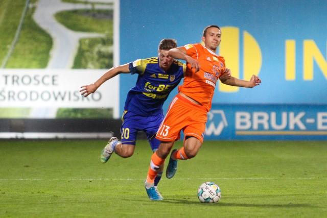 Mateusz Grzybek (w pomarańczowej koszulce) zdobył dla niecieczan wyrównującego gola