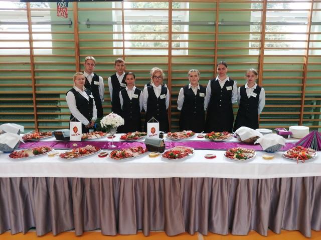 Stół cateringowy Zespołu Szkół Zawodowych numer 1 na 100-leciu szkolnictwa zawodowego w Starachowicach.