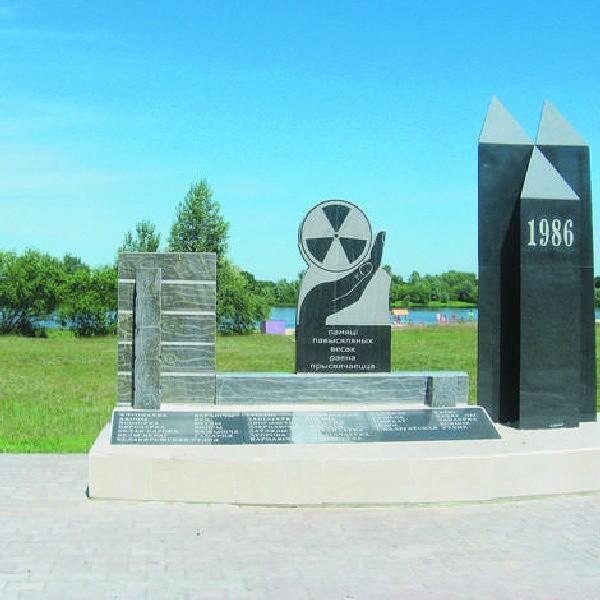Narowla - pomnik nad Prypecią przypomina czarnobylską tragedię, a plaża za nim radosna jak za dawnych lat. Samo życie.
