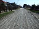 Tony kruszywa posypały się na drogi gruntowe w gminie Rzgów