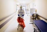 Katowice. W szpitalu tymczasowym pomagają też zakonnice i duchowni. To m.in. klerycy, franciszkanie z Panewnik i kapucyni z Załęża