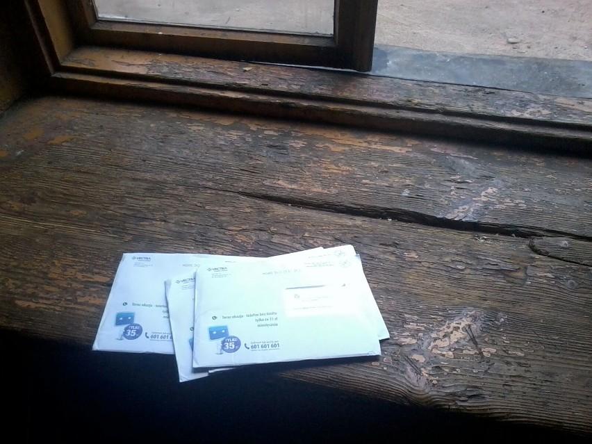 """Tak wygląda dostarczanie poczty przez firmę Abc Direct Contakt"""" w budynkach przy ulicy Malczewskiego i Niedziałkowskiego w Radomiu."""