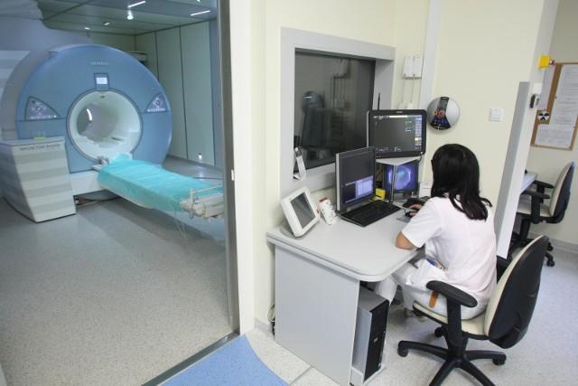 """Wizyta u endokrynologa w ciągu 2 tygodni, czy badanie tomografem komputerowym """"od ręki"""" i to na NFZ?Okazuje się, że w przeciągu ostatnich miesięcy sytuacja na rynku świadczeń medycznych bardzo się zmieniła. Pacjenci chcący skorzystać z porad specjalistów lub wykonać u siebie badania nie muszą ustawiać się w długich kolejkach. Wszystko przez to, że wiele osób stara się obecnie unikać lekarzy, więc ci, którzy się do nich jednak wybierają, mogą umówić termin naprawdę szybko. Co także ważne, od kilku lat nie obowiązuje rejonizacja, więc wybierać można spośród wszystkich ośrodków i przychodni. A czasami warto wybrać się do lekarza poza Wrocław, wówczas czas oczekiwania jeszcze się skraca. Na następnych slajdach zobacz przychodnie z najkrótszym czasem oczekiwania na badania i do specjalistów. Przejdź dalej strzałkami, klawiaturą lub gestami na monitorze."""