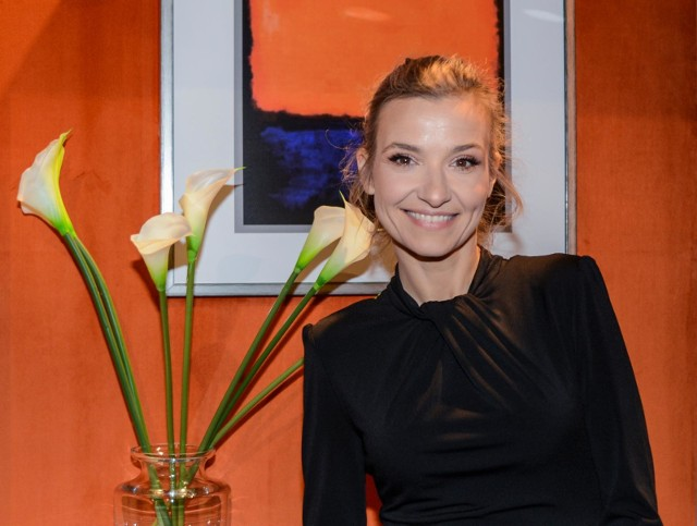 Na instagramowy profil Joanny Koroniewskiej trafiły zdjęcia, na których ta prezentuje się w dwóch stylizacjach. Na każdym ma... seksowne pończochy. ZOBACZ ZDJĘCIA