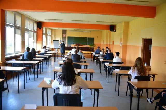 Maturzyści z XII LO w Radomiu zasiedli we wtorek do egzaminu z języka polskiego.