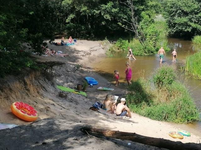 Piaskowa Góra to popularne miejsce nad Grabią. Choć kąpielisko jest niestrzeżone, to nie brakuje chętnych do pluskania się w wodzie. Zwłaszcza, gdy słupki rtęci szybują w górę.ZOBACZ ZDJĘCIA