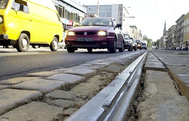 Specjaliści z Wydziału Inwestycji szczecińskiego magistratu uznali za prawdziwy cud to, że jeszcze żaden tramwaj nie przewrócił się na ul. Krzywoustego. Nowe tory mają być na gumowych podkładach, by ograniczyć hałas.