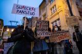 Strajk Kobiet. Bydgoszcz: miał być protest przeciwko powołaniu Przemysława Czarnka na stanowisko ministra edukacji, ale się nie odbędzie