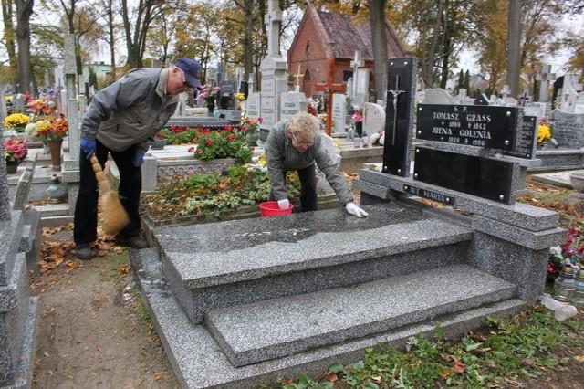 Czesława Śmiałek z mężem Czesławem porządkowała grób swoich rodziców.