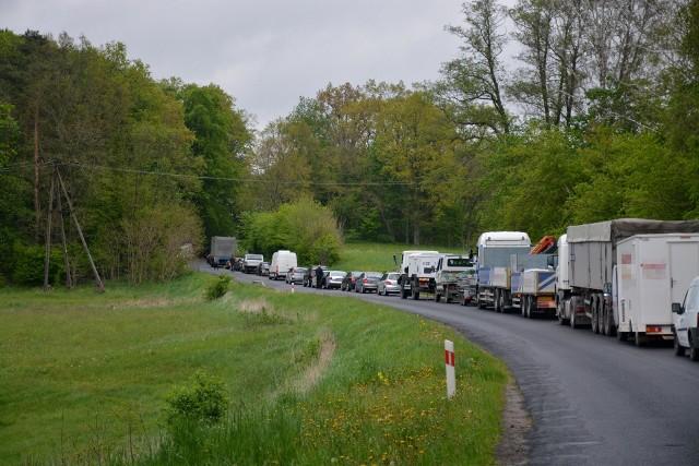 Tak wygląda odcinek DW 241, gdy dojdzie do wypadku na ostrym zakręcie w Trzcianach. Mieszkańcy Sępólna i Tucholi od lat nie mogą się doczekać remontu drogi