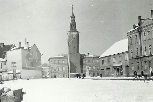 Niewiele jest archiwalnych zdjęć przedstawiających Strzelce i okolicę w zimowej scenerii. Ta fotografia, przedstawiająca ratusz od strony ul. Krakowskiej, pochodzi z lat 60. ubiegłego stulecia.