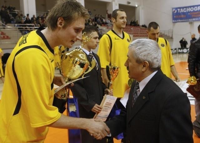 Bartosz Dubiel, najlepszy sportowiec Łańcuta w roku 2009 przyjmuje gratulacje od Jana Falandysa, byłego znakomitego zapaśnika w stylu wolnym, olimpijczyka z Moskwy. W tle Grzegorz Bielecki, Ireneusz Chromicz i Rafał Glapiński.