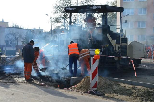 W piątek rozpoczęło się układanie asfaltu na nowym rondzie. Na środę planowane jest oddanie do ruchu tej części skrzyżowania.