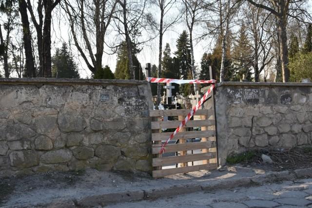 Tak wygląda obecnie ogrodzenie jednego z cmentarzy w Zamościu