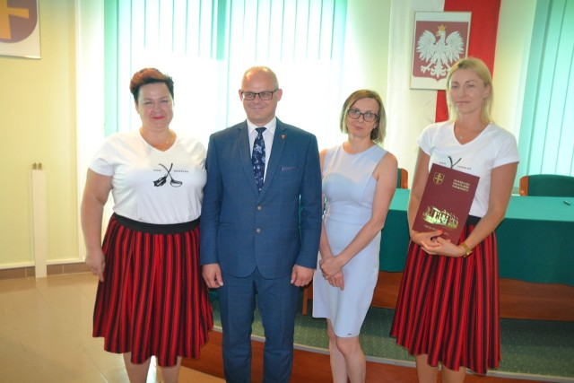 10 organizacji podpisało umowy na realizację ciekawych inicjatyw na terenie gminy Małogoszcz.
