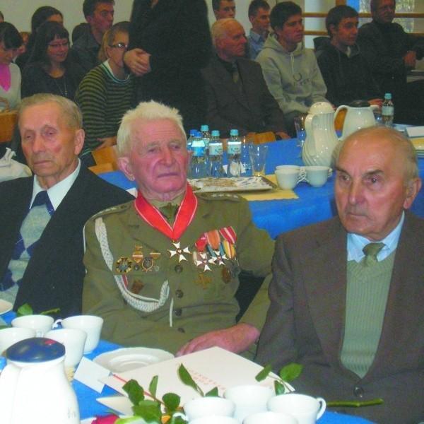 Wśród weteranów był kapitan rezerwy Antoni Jabłoński z Suraża (na zdjęciu w środku)