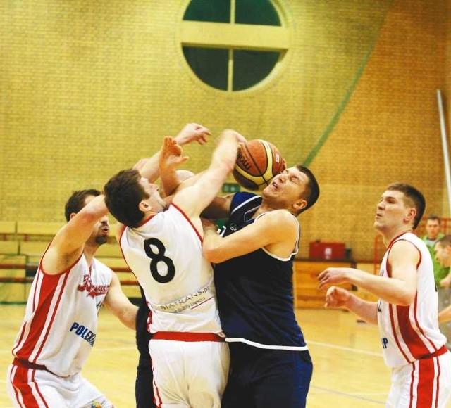 Koszykarzom Biatransu (białe stroje) zaangażowania nie brakowało, ale nie udało się im pokonać Rosy Sport II Radom