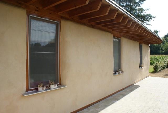 Elewacja domu z glinyDo budowy domu z gliny możemy wykorzystać, to co znajduje się na naszej działce: glinę, drewno, piach, kamienie, słomę.