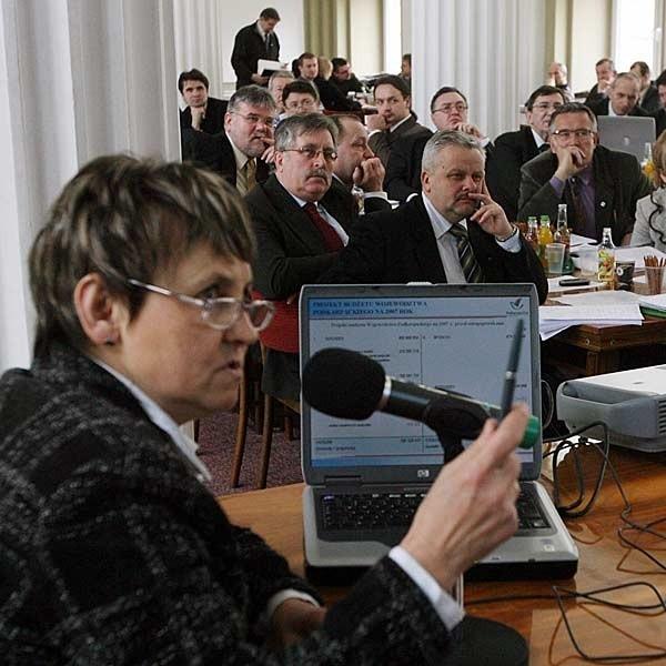 O planowanych wydatkach opowiadała radnym Maria Niemiec, skarbnik województwa.